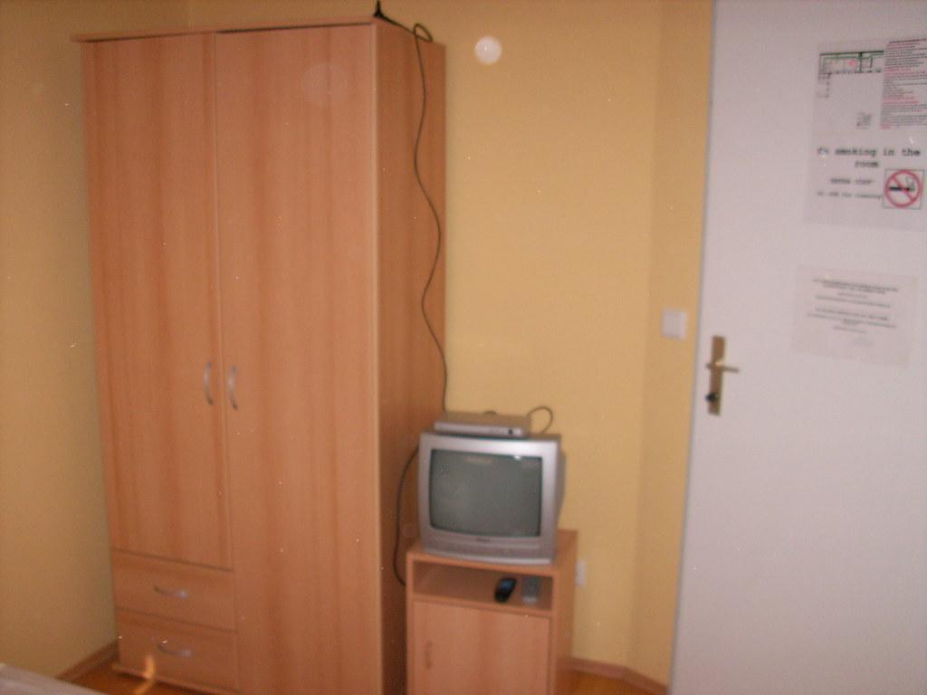 Erstaunlich Fernseher Schrank Sammlung Von Kabel (schremser) Tags: Wien Hotel Hernals Hotelzimmer