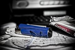 Vicioooo (InVa10) Tags: desktop blue españa azul canon computer eos pc spain notes cd ordenador monitor badajoz papers cigars notas burner 450 fortuna escritorio tabaco clipper snuff papeles cigarros extremadura mechero inva 450d