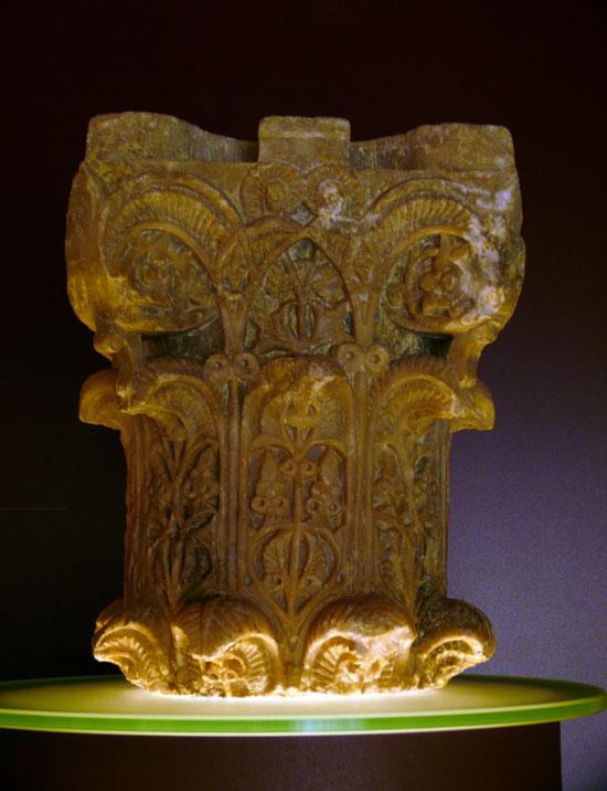 Capitel típico de la fábrica de la Aljafería labrado en alabastro.