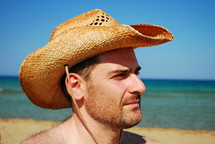 Un Americano on the beach (alfiogreen) Tags: light shadow sea beach face hat mare colore natura ombre colori luce cappello naturismo faccia pepsy naturalezza giuseppesortino giusorti unamericanoalmare