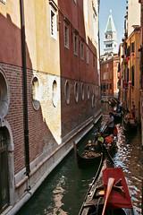 Il est bientt temps de laisser les canaux des rues escarpes .... (Candice BostYn PhotographY) Tags: lagune love canal lovers campanile amour venise italie gondolier amoureux fleuve gondole