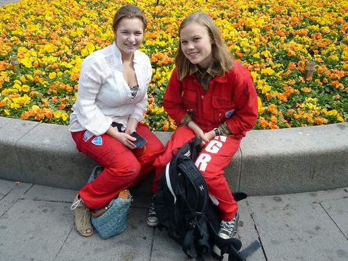 Chicas noruegas con mono y pantalones de fiesta