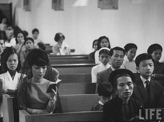6-1962 Mrs. Dinh Nhu in church. par VIETNAM History in Pictures (1962-1963)