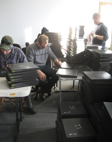 Umphrey's McGee Signs the Mantis Deluxe Boxes