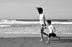 (Azone Chou) Tags: sea bw portraits seaside nikon child mother   d90  1685mmf3556gvr