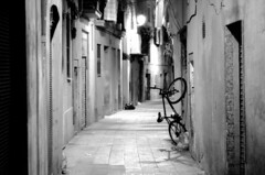 barcelona street (boklm) Tags: barcelona blackandwhite bw espaa film blackwhite spain fuji noiretblanc catalonia nb neopan catalunya neopan1600 espagne catalua barcelone noirblanc konicahexarrf espanya fujineopan1600 barcelons hexarrf konicahexanon90mmf28 barcelona200907