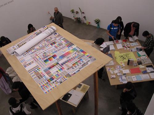 Foto de uma das salas do Salon Light na Galeria Vermelho, na mesa da direita ainda estava o livro 72 (clique na imagem para vê-la no Flickr).
