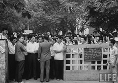 8-1963 Students at the School of Sciences and Pedagogy holding a protest demonstration against the repressive measures of the Diem government. par VIETNAM History in Pictures (1962-1963)