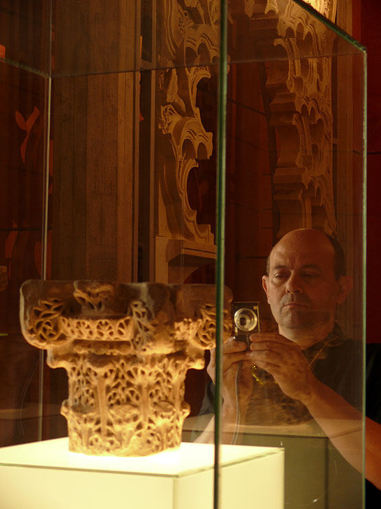 El escultor Fernando Sinaga fotografiando el capitel cordobés.