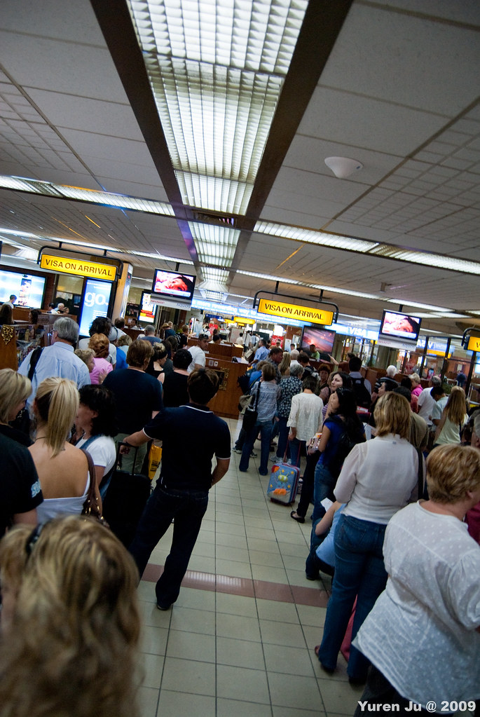 峇里島入境要排隊很久阿…不是人很多而是動作很慢