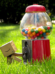 Danbo and the gumball machine (Yoshi Gizmo) Tags: japan canon gum toy actionfigure japanese doll candy powershot figure collectable gumballmachine danbo revoltech danboard sx200is yoshigizmo