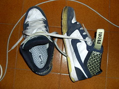 shoes (essesprinzi) Tags: shoes floor blu sneakers nike giallo strap bianco 60 scarpe piastrelle lacci ceramiche stringhe alimentatoremac