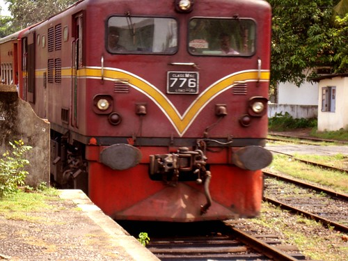 Hitachi M5c arriving at Aluthgama