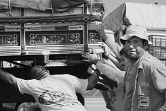 CEAGESP (Raffa,Ella) Tags: white black branco truck working preto worker pushing trabalhador caminho trabalhadores ceagesp empurrando