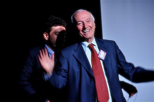 Piero Angela. Alle sue spalle, Massimo Polidoro. Credit: Prampolo