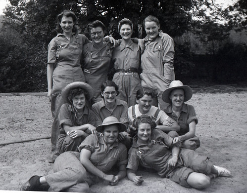 1942 422 WANS Land Army Girls at Gosford