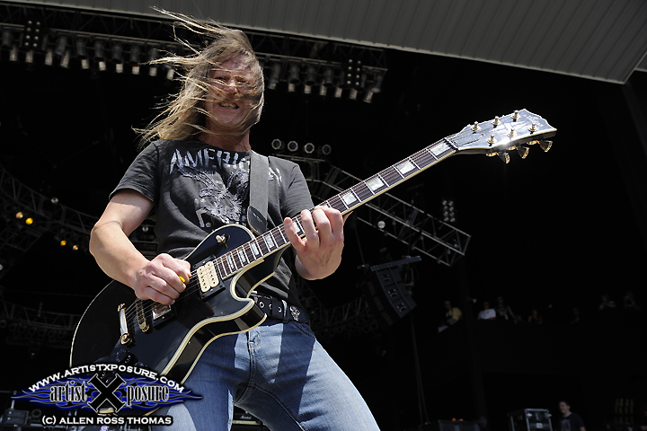 Helix's Jim Lawson rocks Rocklahoma front of stage.