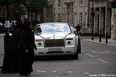 Phantom Drophead Coup (Richard de Heus) Tags: white london dubai rollsroyce phantom coup qatar dhc ksa burka drophead