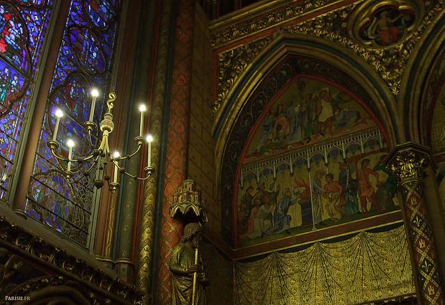 Détail de la décoration, mêlant moulures dorées, vitraux et pierre