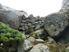 Sommet du Castellacciu : restes d'enceinte autour du sommet