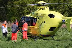 Traumahelikopter geland bij Kralingseplas (Focus On Foto) Tags: rotterdam scooter ambulance 112 fiets bosdreef ongeval kralingseplas traumaheli traumateam traumahelikopter lifeliner