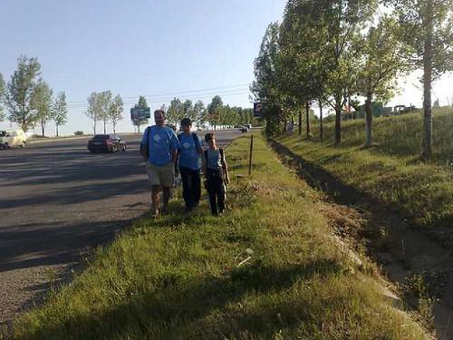 Vasile Filat cu David si Daniel in drum spre Lapusna pe jos