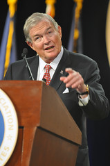 """Sen. Christopher """"Kit"""" Bond, co-chair of the Senate National Guard Caucus, addresses the 131st National Guard Association of the United States General Conference"""