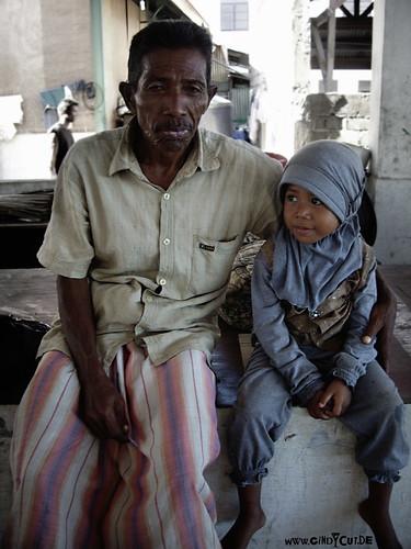 7076 alter Mann mit Kind