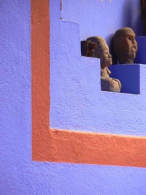 statues sur mur bleu.jpg