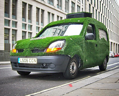 green kangoo (Mikelo) Tags: green london grass car innocent renault exz750 coche londres vehicle smoothies innocentdrinks hierba kangoo featured littletastydrinks ls06ccn