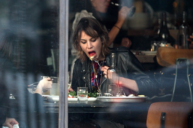 Preppie_-_Alexa_Chung_eating_dinner_on_Abbot_Kinney_in_Venice_Beach_-_October_8_2009_389