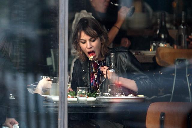 Preppie_-_Alexa_Chung_eating_dinner_on_Abbot_Kinney_in_Venice_Beach_-_October_8_2009_389