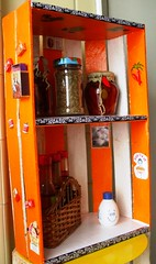 Porta Temperos (Santinha - Casas Possveis) Tags: artesanato recycle artes decorao reutilizar reciclar reutilizao caixotes revisteiro reciclarpreciso caixotedefrutas caixotedealho armrioparatemperos portarevistas reutilizaodecaixotes idiasoriginaisdereciclagem