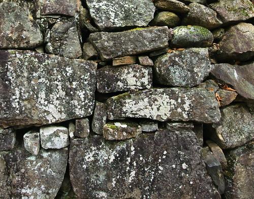 Empilées les pierres forment un mur!