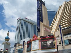 Atlantic City, NJ -  Trump Taj Mahal & Showboat Casino (Guenther Lutz) Tags: summer usa gambling june newjersey kodak nj casino gaming atlanticcity northamerica boardwalk northeast 2009 houseofblues trumptajmahal jerseyshores showboatcasino showboatatlanticcity z1275