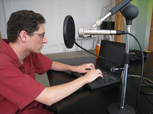 Nicolas Vion, préparant une séance d'enregistrement