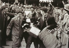 9 Mai 1945 - Falstadfangene vender hjem / Liberated political prisoners returns home from Falstad concentration camp (Trondheim byarkiv) Tags: norway norge wwii archive norwegen archives ww2 noruega trondheim 1945 sørtrøndelag prisoner prisoners noorwegen noreg trøndelag norvége schrøder falstad arkiv trondhjem byarkiv fanger trondheimkommune f3348 норвегия frigjøring falstadfangeleir falstadfanger falstadconcentrationcamp fotopositiv torh41b46