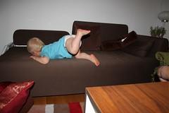gusten klättrar i soffan4