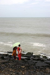 Pondicherry/Puducherry (India) (Miquel Monfort) Tags: sea costa india beach mar women horizon playa infinito mujeres tamil infinite platja pondicherry nadu infinit dones puducherry