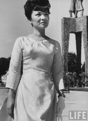 6-1962 Mrs. Dinh Nhu Ngo in front of Trung sisters memorial. par VIETNAM History in Pictures (1962-1963)