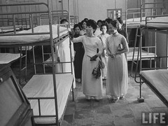 7-1962 Mrs. Dinh Nhu Ngo inspecting hospital par VIETNAM History in Pictures (1962-1963)