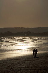Hand in hand (Woesinger) Tags: ireland sea sun beach silhouette evening walkers waterford clonea