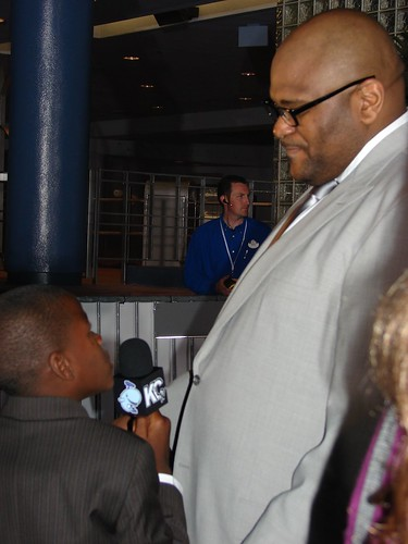 Damon Weaver interviews Ruben Studdard. Photo by Mark Goldhaber.