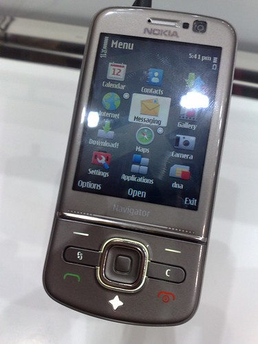 Nokia 6710 Navigator (closed) by James Nash (aka Cirrus).