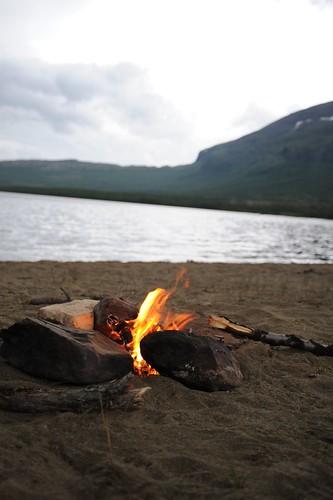 浜辺で焚き火