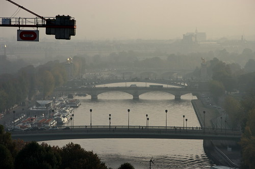 Paris, les toits vus du Trocadéro avec la Seine au pont Alexandre III