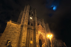 Cathedral  Catedral de vila, HDR (marcp_dmoz) Tags: lighting light espaa moon clock architecture night clouds photoshop mond spain arquitectura nikon shot cathedral map gothic kathedrale catedral wolken luna nubes nocturna reloj salvador architektur nikkor 1735mmf28d tone hdr spanien beleuchtung avila iluminacion nachtaufnahme clockface uhr gotico gotisch castillayleon photomatix tonemapped tonemapping zifferblatt castileandleon d700 kastilienundleon