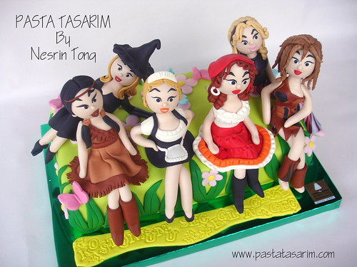 COSTUME PARTY CAKE