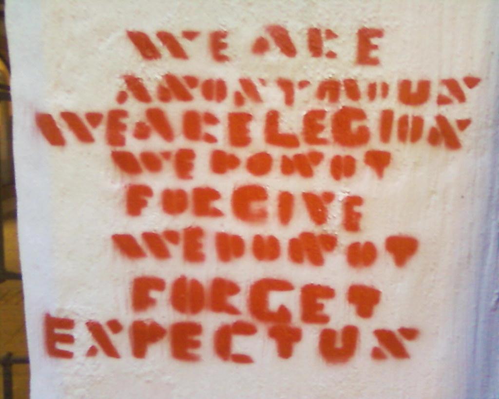Anonymous-Graffito vor einer Scientology-Kirche in Freiburg