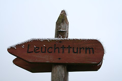 Leuchtturm (anstalt) Tags: wood schnee winter lighthouse snow ice sign germany schild holz eis ostsee leuchtturm mecklenburgvorpommern wegweiser bastorf kgsdorf kaegsdorf